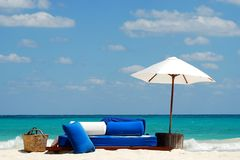 Paraguas de sol blanco Imagen de archivo libre de regalías