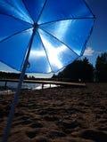 Paraguas de Sun att el verano 2016 de la playa Fotografía de archivo