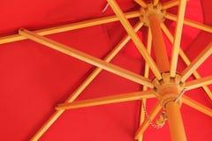 Paraguas de Sun rojo Fotografía de archivo libre de regalías