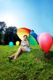 Paraguas del arco iris de la mujer embarazada Fotografía de archivo