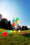 Paraguas del arco iris de la mujer embarazada Imágenes de archivo libres de regalías