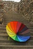 Paraguas del arco iris - el paraguas colorido abierto mintió en las escaleras foto de archivo libre de regalías