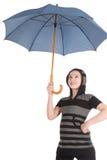 Paraguas del azul de la situación y de la explotación agrícola de la muchacha Foto de archivo libre de regalías