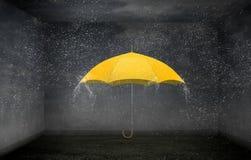 Paraguas del color en cielo Técnicas mixtas Fotos de archivo