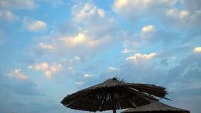 Paraguas del verano en nubes brillantes Foto de archivo libre de regalías