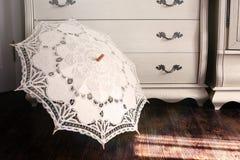 Paraguas del vintage contra un aparador imagen de archivo