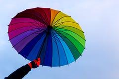 Paraguas a disposición contra fondo del cielo Fotos de archivo