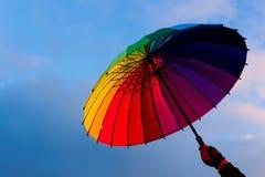 Paraguas a disposición contra fondo del cielo Fotos de archivo libres de regalías