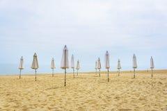 Paraguas doblado en la playa Imagen de archivo libre de regalías