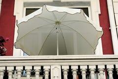 Paraguas en el balcón fotografía de archivo