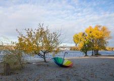 Paraguas en el banco del río de Dnieper Imagen de archivo libre de regalías