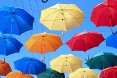 Paraguas en el cielo, paraguas coloreados, accesorio Imagen de archivo libre de regalías