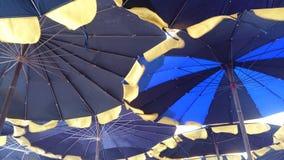Paraguas en el fondo de la playa Foto de archivo