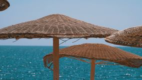 Paraguas en el fondo del mar en la playa vac?a en Egipto metrajes