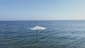 Paraguas en el mar almacen de video