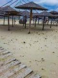 Paraguas en la arena fotos de archivo