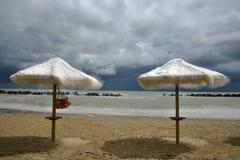 Paraguas en la arena Fotografía de archivo libre de regalías