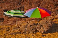 Paraguas en la playa fotos de archivo