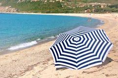 Paraguas en la playa Fotos de archivo libres de regalías