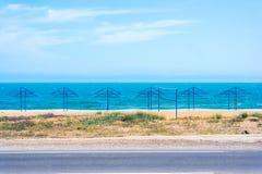Paraguas en la playa abandonada Imagen de archivo libre de regalías
