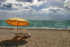 Paraguas en la playa brasileña Fotografía de archivo