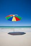 Paraguas en la playa Cielo azul australia Imagen de archivo
