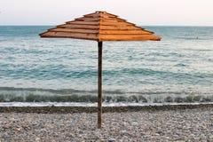Paraguas en la playa, paraguas de madera Foto de archivo libre de regalías