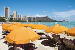 Paraguas en la playa de Waikiki Fotos de archivo