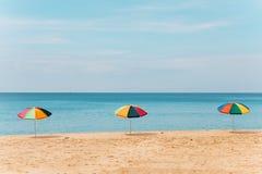 Paraguas en la playa durante el verano Fotos de archivo