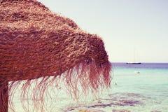 Paraguas en la playa en Ibiza, España, con un efecto retro Imagenes de archivo
