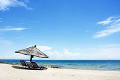Paraguas en la playa en Sunny Day, playa de Chintheche, el lago Malawi Imágenes de archivo libres de regalías