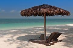Paraguas en la playa tropical Fotografía de archivo