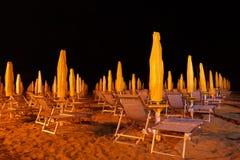 Paraguas en las playas de Italia en la noche Imagenes de archivo