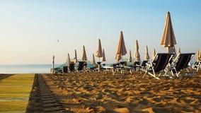 Paraguas en las playas de Italia sobre la hora de mañana Foto de archivo libre de regalías