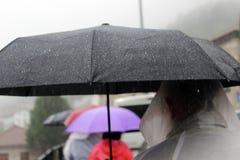 Paraguas en lluvia imagen de archivo libre de regalías