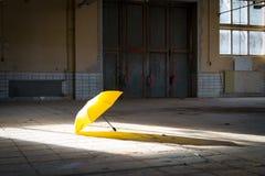 Paraguas en un piso de la fábrica Fotografía de archivo