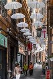 Paraguas encima vía Lucolli, en Génova fotografía de archivo