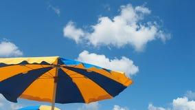 Paraguas grande en el verano del día ventoso del mar almacen de metraje de vídeo
