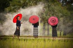 Paraguas hermoso del rojo de las muchachas Fotos de archivo