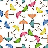 Paraguas inconsútil del fondo en colores brillantes en blanco Fotos de archivo libres de regalías