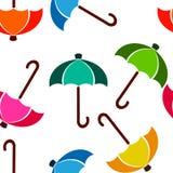 Paraguas inconsútil del fondo en colores brillantes en blanco Imagenes de archivo