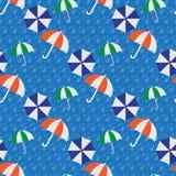 Paraguas inconsútiles en la lluvia Imagen de archivo