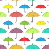 Paraguas modelo inconsútil, fondo del vector Paraguas brillantes multicolores en un fondo blanco, para el diseño del papel pintad Imagen de archivo