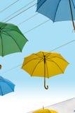 Paraguas multicolores en el cielo Foto de archivo