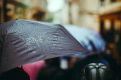 Paraguas negro con descensos Imagen de archivo libre de regalías
