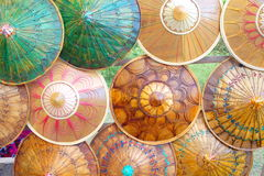 Paraguas/parasoles de bambú hechos a mano coloridos foto de archivo libre de regalías
