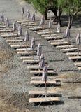 Paraguas plegables en la playa vacía Fotos de archivo