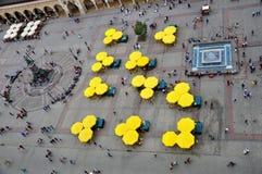 Paraguas por la plaza del mercado Foto de archivo libre de regalías