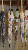 Paraguas que cuelgan en la exhibición Fotografía de archivo