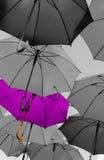 Paraguas que se coloca hacia fuera de la muchedumbre única Imágenes de archivo libres de regalías